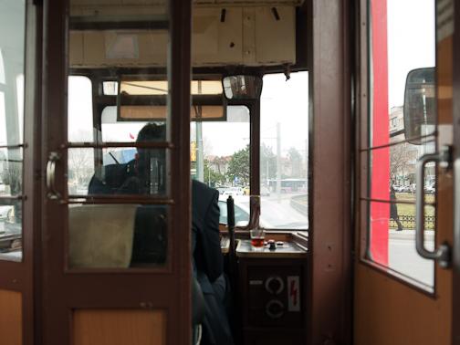 Mit Teeglas in der Straßenbahn